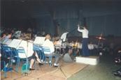 Photo en couleur du concert de 1987 où l'on peut voir la scène avec les musiciens