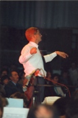 Photo en couleur du concert de 1987 où l'on peut voir le directeur