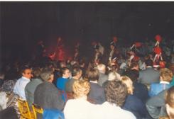 Photo en couleur du concert de 1987 où l'on peut voir des soldats napoléoniens défilés dans le public