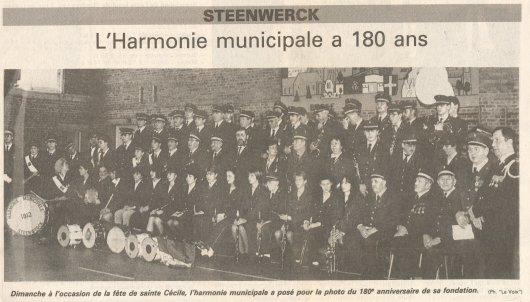 Photo des membres de l'harmonie à la salle des sports en 1992