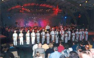Cette fois, sur la scène sont présents une vingtaine d'enfants jouant des marins américains.