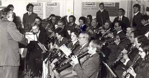 Photo en noir et blanc de l'harmonie en 1976 lors du concours '51 aime la musique'