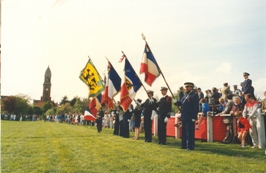 Photo en couleur du festival de 1987 où on peut voir 4 porte drapeaux