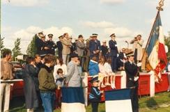 Photo en couleur du podium avec les personnalités lors du festival de 1987