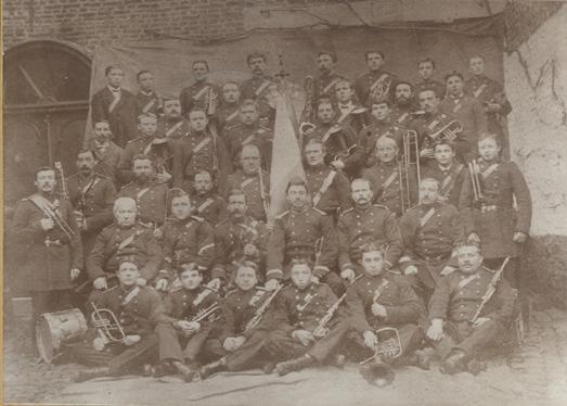 Photo en noir et blanc de l'harmonie en 1881