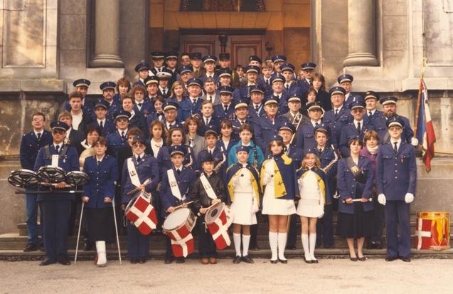 Photo de l'harmonie devant le porche de l'église lors de la Ste-Cécile de 1987
