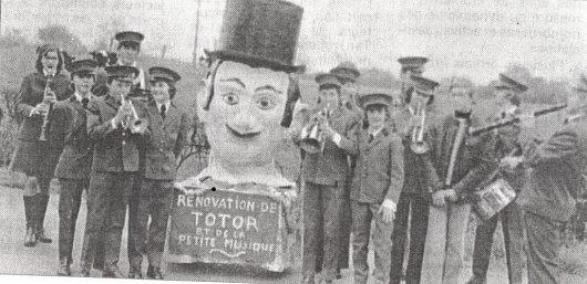 Photo en noir et blanc de l'harmonie en 1978 lors de l'inauguration de Totor III'